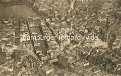 Historische Luftaufnahme der Hamburger Altstadt und Neustadt. Rechts der Rödingsmarkt und die Nikolaikirche - in der oberen Bildmitte das Hamburger Rathaus und die Petrikirche, lks. das Alsterfleet und das Bleichenfleet mit der Stadthausbrücke.
