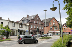 Einzelhäuser - Geschäfte in unterschiedlichen Bauformen - Strassenlampen / Strassenlaternen - Bahnhofstrasse in Reinbek.