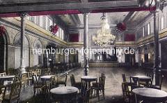 Historisches Bild der Innenansicht vom Winterhuder Fährhaus - Ballsaal mit Kronleuchter, Tische mit Stühlen. Alte Bilder aus dem Hamburger Stadtteil Winterhude.