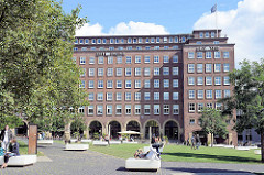 Neugestalteter Domplatz, dahinter das Pressehaus am Speersort, Altstadt Hamburg.