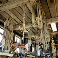 Innenansicht Bootswerft Cranz - von 1868 bis 1992 wurden in jetzt unter Denkmalschutz stehenden Bootshalle Kähne und Beiboote aus Holz gefertigt. Lastenzüge, Seile und Anker hängen an der Decke der Halle.