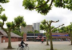 Sachsenwald Markt am Täby-Platz; Geschäfte, RadfahrerInnen.
