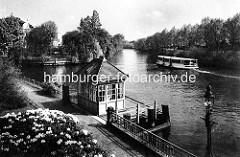 Historische Ansicht - Blick von der Streekbücke auf die Alster in Hamburg Winterhude / Eppendorf; Anleger mit Wartehäuschen, ein Alsterdampfer fährt alsteraufwärts.