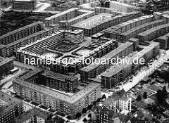 Luftaufnahme der Hamburger Jarrestadt - Wohnblocks und zentraler Bau mit Innenhof; re. die Jarrestrasse, Baugerüste an der Fassade der Wohnhäuser, die vom Architekturbüro Bomhoff & Schöne entworfen wurden.