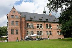 Südflügel vom Reinbeker Schloss. Das Schloss Reinbek in Reinbek wurde als eine der Nebenresidenzen des herzoglichen Hauses Schleswig-Holstein-Gottorf im 16. Jahrhundert errichtet. Es gehört zu den frühesten Bauten aus der Herrschaftszeit Herzog Adolf