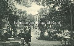 Historische Ansicht aus Hamburg Winterhude - Biergarten / Café beim Winterhuder Fährhaus - Herren mit Hut und Bier sitzen am Tisch.