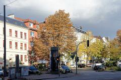 Strasseneinmündung vom Grasweg in die Barmbeker Strasse in Hamburg Winterhude - Herbstbäume, Strassenbäume im Herbst.