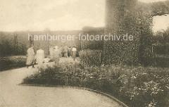Altes Bild - ParkbesucherInnen im Heckengarten vom Stadtpark in Hamburg Winterhude.