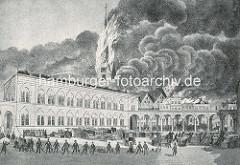 Hamburger Brand von 1842 - der Turm der Petrikirche brennt lichterloh - eine Löschkette mit Löscheimern steht auf dem Hof vom Johanneum.