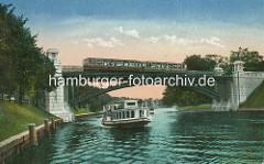 Historisches coloriertes Bild der Alster bei Hamburg Winterhude - Alsterdampfer in Fahrt, eine Hochbahn auf der Hochbahnbrücke über die Alster.