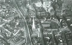 Historisches Luftbild von der Hamburger Innenstadt / Altstadt. Rechts von der Petrikirche das Johanneum - dahinter das entstehende Kontorhausviertel, das Areal des Altstädter Hofs wird abgerissen - ganz re. oben das Ballinhaus.