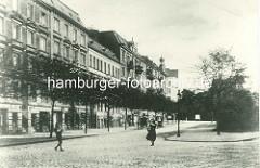 Historische Darstellung vom Grasweg in Hamburg Winterhude - Wohnhäuser mit Geschäften; Blick über die Barmbeker Strasse.