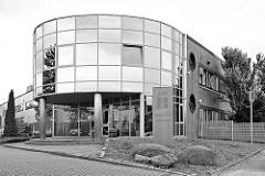 Modernes Verwaltungsgebäude mit Glasfront, Borsigstrasse in Reinbek.