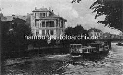 Altes Hamburger Motiv von der kanalisierten Alster in Hamburg Winterhude / Harvestehude - Stadtvilla am Ufer, ein Alsterdampfer fährt Richtung Streekbrücke.