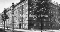 Historische Ansicht der Hamburger Jarrestadt - Wohngebäude und Strassenlaterne Ecke Glindweg / Lorenzengasse.