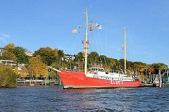 Museumsschiff Elbe 1 - Feuerschiff im Museumshafen Oevelgönne, Hamburg Othmarschen. Häuser und Herbstbäume am Elbufer, Elbhang.
