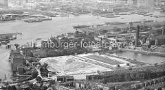 Alte Fotografie - von den Wasserwerken in Hamburg Rothenburgsort; re. der Wasserturm, dahinter die Hafenanlagen und Zollhafen von Entenwerder. Auf der gegenüberliegenden Seite der Norderelbe Industrieanlagen auf der Peute / Veddel und der P