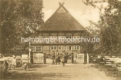 Vierländer Bauernkate / Milchschänke im Hamburger Stadtpark - Tische im Garten.
