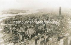 Historischer Blick - Luftaufnahme der Altstadt + Neustadt Hamburgs. Re. der Kirchturm der St. Michaeliskirche, lks die Elbe mit den Werftanlagen und Hamburs Hafen.
