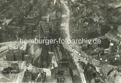 Alte Luftaufnahme von der Hamburger Mönckebergstrasse - re. unten der Barkhof, Bücherhalle und Einfahrt zur Spitalerstrasse. In der Bildmitte die St. Jakobikirche, dahinter die St. Petrikirche; lks. davon das Johanneum, darunter eine Baustelle an