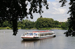 Ein Fahrgastschiff bei einer Kanalfahrt durch die Hamburger Kanäle und Fleet - Fahrt vom Stadtparksee zum Goldbekkanal.