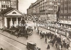 Altes Foto von der Bücherhalle und dem Mönckebrunnen an der Spitaler Strasse in der Hamburger Innenstadt - Strassenbahnen, Passanten.