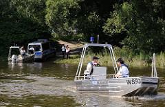 Die Wasserschutzpolizei Hamburg lässt ein Aluminiumboot an der öffentlichen Slipanlage Entenwerder / Hamburg Rothenburgsort zu Wasser; das Polizeiboot WS 93 fährt mit zwei Mann Besatzung Richtung Norderelbe