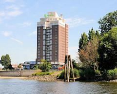 Mehrstöckiges Hotelgebäude Holiday Inn an der Hamburger Norderelbe / Elbbrücke - re. die Spitze vom Entenwerder Elbpark und die Einfahrt vom HAKEN, dem ehem. Hafen von Hamburg Rothenburgsort.