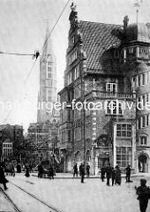 Historische Hamburger Altstadt - Hulbehaus; im Hintergrund Reste der alten Wohnbebauung vor der Sanierung - Kirchturm der Jakobikirche.