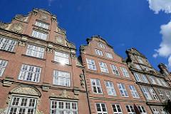 Giebel von rekonstruierten grossbürgerlichen Wohnhäusern mit denkmalgeschützten Fassaden in der Peterstrasse / Hamburgs Neustadt.