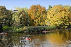 Blick von der Streekbrücke auf die Alster in Hamburg Winterhude / Eppendorf - Herbstbäume am Ufer, ein Ruderboote / Kanus fahren Richung Isebekkanal.