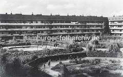 Innenhof des Karl Schneider Wohnblocks in der Jarrestadt / Hamburg Winterhude - Spielplätze und Grünanlage / Hölderlinspark.