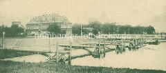 Zollhafen von Hamburg Rothenburgsort / Entenwerder. Wassertreppen und Anleger mit Dalben - Gebäude vom Zollamt.