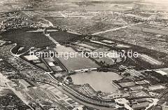 Flugbild vom Hamburger Stadtpark - unten der Stadtparksee mit Stadthalle, Parkcafe, Liebesinsel und Kaskaden.