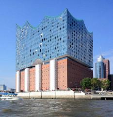 Hamburger Elbphilharmonie in der Hafencity - Bug mit Gischt einer Hafenfähre, Büroturm am Kehrwieder.