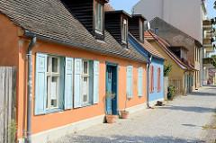 Weberhäuser im Babelsberger Weberviertel - farbige Fensterluken.