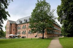 Das Schloss Reinbek in Reinbek wurde als eine der Nebenresidenzen des herzoglichen Hauses Schleswig-Holstein-Gottorf im 16. Jahrhundert errichtet. Es gehört zu den frühesten Bauten aus der Herrschaftszeit Herzog Adolfs I. und gilt als eines der beste