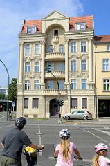 Mehrstöckiges Jugendstilwohnhaus mit Fassadendekor und Säulenelementen an der Rudolf-Breitscheid-Strasse im Potsdamer Stadtteil Babelsberg.