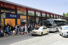 Bushaltestelle S- Bahn Reinbek - wartende Passagiere, Taxi und HVV Bus nach Nettelnburg.
