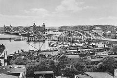 Blick über die Hafenanlage in Hamburg Rothenburgsort - rechts  die Einfahrt zum Oberhafenkanal; Binnenschiffe / Oberländer Kahne haben bei der Billhorner Brückenstrasse festgemacht. Hinter der Norderelbbrücke liegen die Freihafen-Elbbrücken.