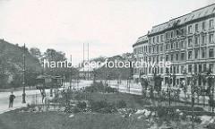 Historisches Bild von der Grünanlage zwischen Grasweg und Barmbeker Strasse - Pferdewagen / Pferdefuhrwerke stehen im Grasweg, eine Strassenbahn fährt in der Barmbeker Strasse. Im Hintergrund der Eppendorfer Stieg.