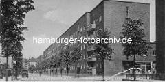 Blick in den Glindweg in der Jarrestadt in Hamburg Winterhude; re. mündet die Stammannstrasse. Aussenfassade vom Otto Stolten Hof; Architekt Friedrich R. Ostermeyer.