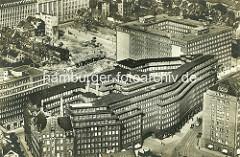 Historisches Flugbild vom entstehenden Kontorhausviertel in der Hansestadt Hamburg - im Vordergrund das Chilehaus, re. das Ballinhaus / Messberghof - dahinter der Sprinkenhof und der Mohlenhof.