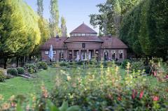 Ehem. Kurgarten und Trinkhalle im Hamburger Stadtpark - das historische Schumacher Gebäude ist jetzt ein Café.