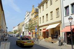 Geschäftsstrasse - Wohnhäuser in unterschiedlicher Bauform - Ladengeschäfte; Garnstrasse in Babelsberg / Potsdam.