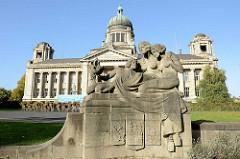 Figurengruppe halbnackte Frauen - Allegorien der Hansestädte Bremen, Hamburg u. Lübeck; Bildhauer Arthur Bock - im Hintergrund das Gebäude vom Hanseatischen Oberlandegericht / Hamburgische Verfassungsgericht.