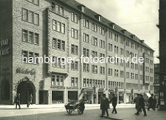 Backsteinarchitektur in der Hansestadt Hamburg - Der Altstädter Hof in Hamburg-Altstadt ist eines der wenigen Wohnhäuser im Kontorhausviertel und wurde 1936/37 nach Plänen von Rudolf Klophaus erbaut. Die Skulpturen stammen von Richard Kuöhl.