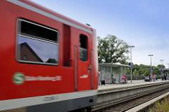 S-Bahnhof Reinbek, einfahrender S-Bahnzug / Bahnsteig.