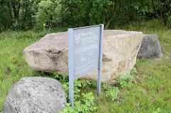 Sogen. Riesentisch - Findling aus der Saale Eiszeit; Granit, vor 1,5 Mio Jahren entstanden - Sachsenwaldstrasse in Reinbek.