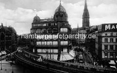 Historische Ansicht aus der Hamburger Altstadt - Blick über den Rödingsmarkt in den Grossen Burstah und Alten Wall - Kirchturm der St. Nikolaikirche, zwei Hochbahnen fahren auf dem Viadukt, Strassenbahnen auf der Strasse.